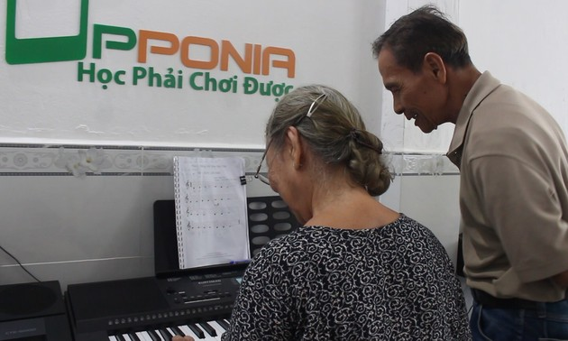 Free piano class for the elderly in Ho Chi Minh City