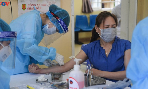 Residents in Quang Ninh border province take quick COVID-19 tests
