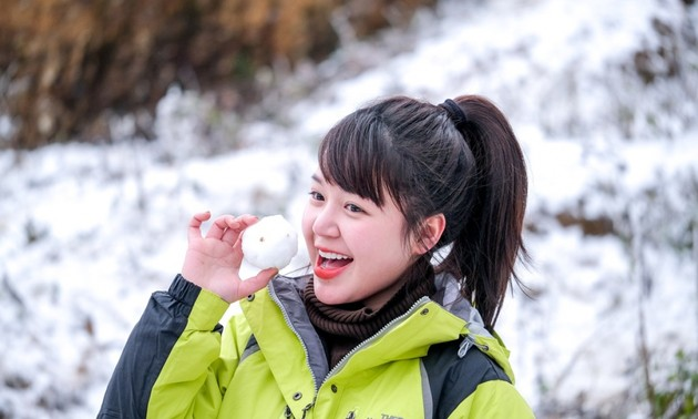Tourists rush to northern commune to snap photos with snow