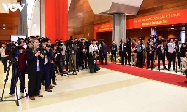 Hàng trăm phóng viên miệt mài tác nghiệp tại phiên khai mạc Đại hội XIII của Đảng