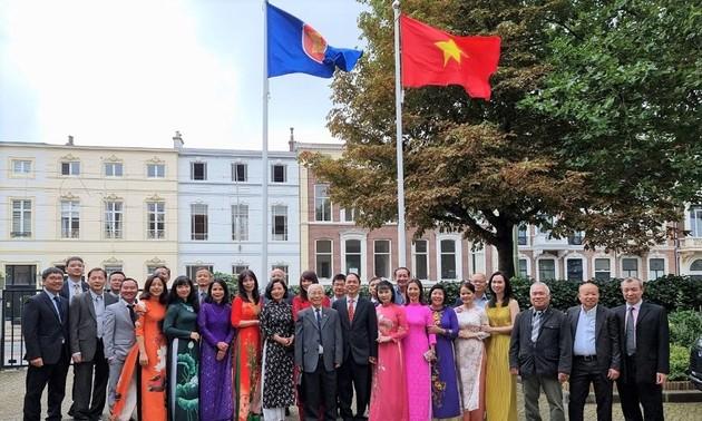 Kỷ niệm Quốc khánh và họp Ban chấp hành lâm thời Hội người Việt Nam tại Hà Lan