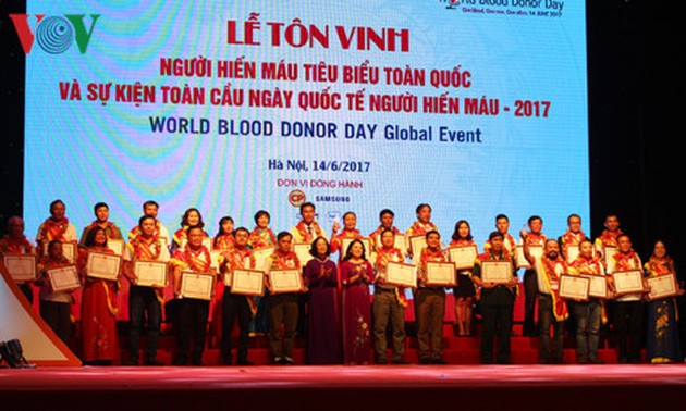 Vietnam honors 100 outstanding blood donors