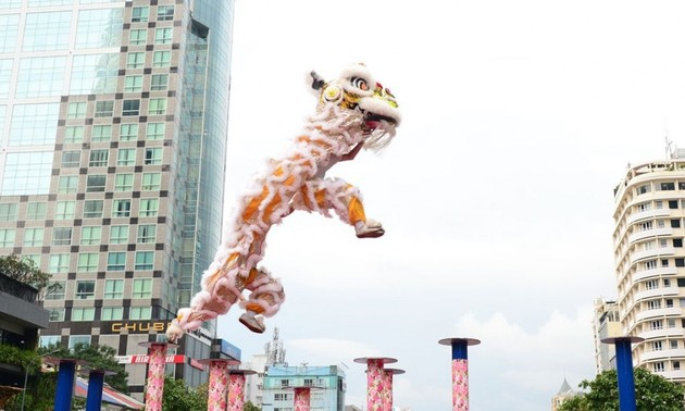 """Lion dance and """"Tien Xuan Nguu"""" ritual to welcome Lunar New Year"""