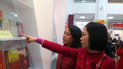 """Trưng bày hơn 800 sách, tư liệu về """"Đảng cộng sản Việt Nam - Từ Đại hội đến Đại hội"""""""