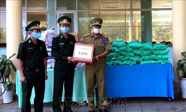 Hỗ trợ vật tư y tế và nhu yếu phẩm cho lực lượng vũ trang và nhân dân Lào