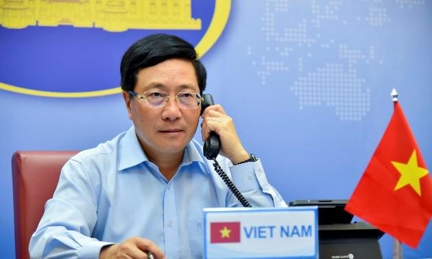 Phó Thủ tướng, Bộ trưởng Ngoại giao Phạm Bình Minh điện đàm với Bộ trưởng Ngoại giao Anh Dominic Raab