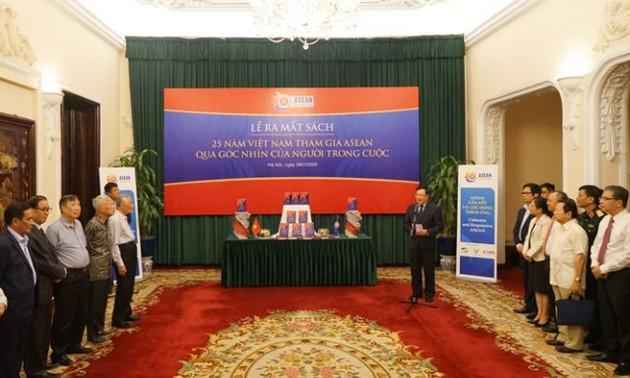 """Ra mắt sách """"25 năm Việt Nam tham gia ASEAN qua góc nhìn những người trong cuộc"""""""