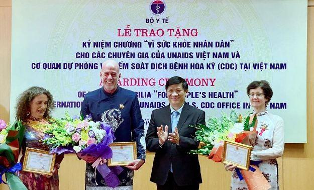 """Bộ Y tế trao Kỷ niệm chương """"Vì sức khỏe nhân dân"""" cho ba chuyên gia nước ngoài"""
