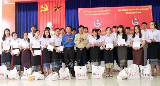 Quảng Bình: Trao tặng 100 suất quà cho sinh viên Lào có hoàn cảnh khó khăn đang học tập tại địa phương