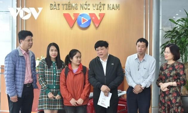 VOV trao xe máy điện của nhà tài trợ tặng sinh viên nghèo vượt khó miền Trung
