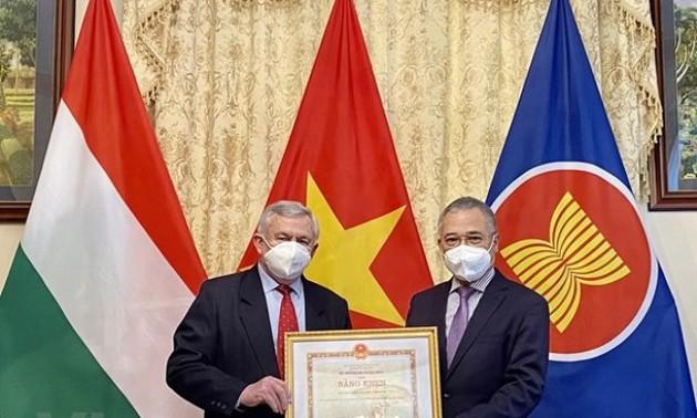 Trao tặng Bằng khen của Bộ Ngoại giao cho Hội Hữu nghị Hungary - Việt Nam