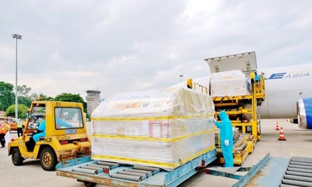 Hơn 97.000 liều vaccine phòng COVID-19 của Pfizer/BioNtech đầu tiên đã về Việt Nam