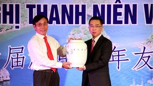 Jóvenes chinos y vietnamitas intercambian en la provincia de Quang Ninh