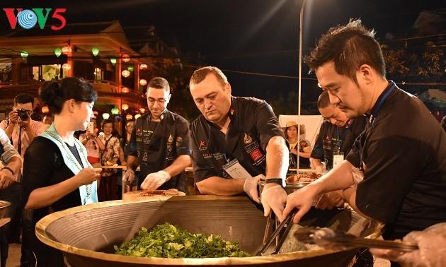 """Diez cocineros extranjeros se desafían con plato """"cao lau"""" de Hoi An"""