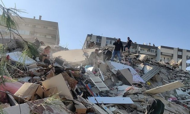 Aumentan las víctimas del potente terremoto en Izmir, Turquía