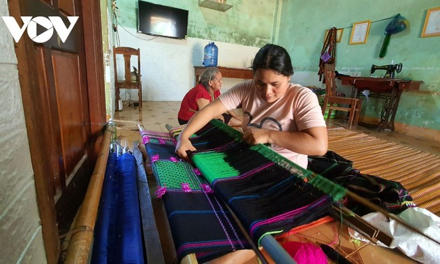 Una joven artesana de la etnia Ma y su aspiración de promover el tejido de brocados