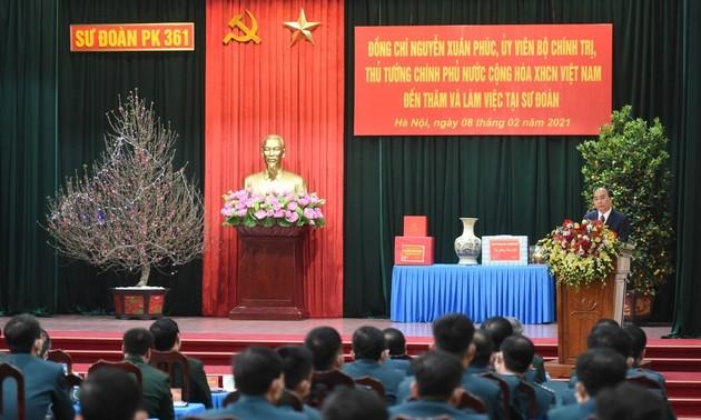 Nguyên Xuân Phuc présente ses vœux de Têt à la division de défense aérienne de Hanoï