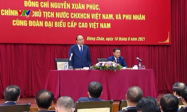 Le président Nguyên Xuân Phuc se rend à l'ambassade du Vietnam au Laos