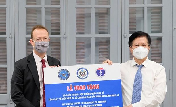 77 réfrigérateurs à vaccins offerts par les États-Unis arrivent au Vietnam