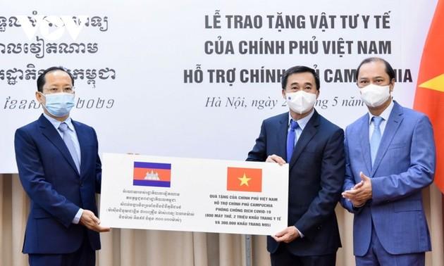 Vietnam donates medical supplies to Cambodia