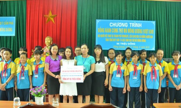 Hội Người Việt Nam tại TP Voronezh (Liên Bang Nga) tặng BHYT cho học sinh Quảng Ninh