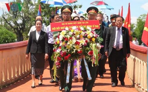 Cộng đồng người Việt Nam tại Lào dâng hương viếng Chủ tịch Hồ Chí Minh