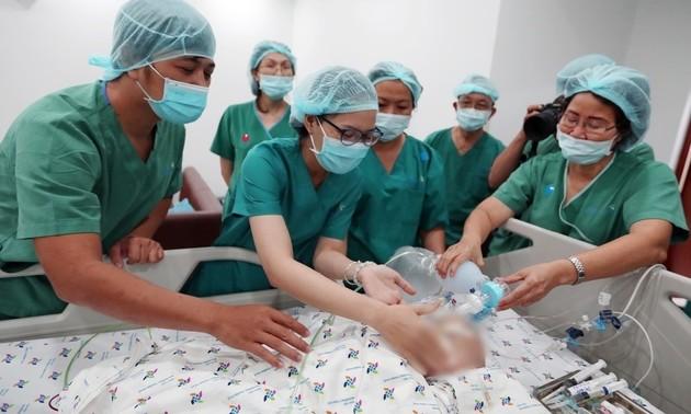 Báo chí quốc tế đưa tin về cuộc phẫu thuật tách rời cặp song sinh dính liền vùng chậu tại Việt Nam