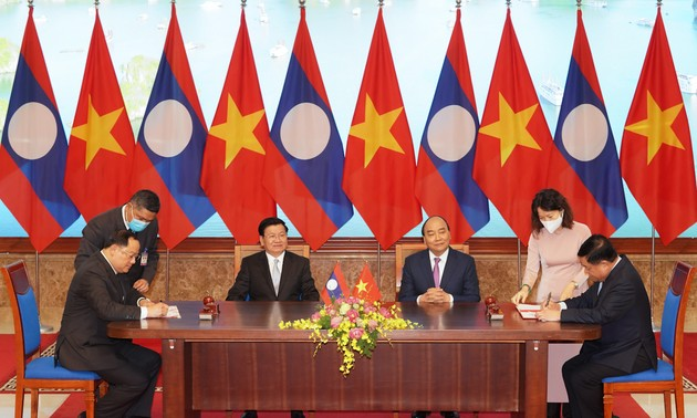 Việt Nam và Lào ký 17 văn kiện, định hướng quan hệ hợp tác trong thời gian tới