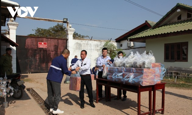 Thăm và tặng quà Tết cho nghi phạm, phạm nhân người Việt bị giam tại Lào