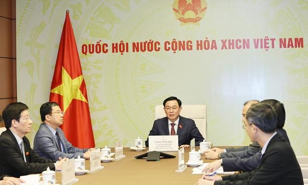 Chủ tịch Quốc hội Vương Đình Huệ điện đàm với Chủ tịch Quốc hội Lào