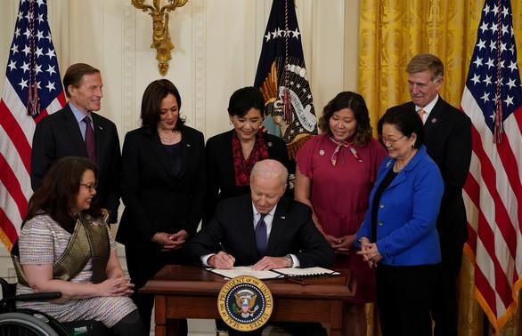Tổng thống Mỹ ký ban hành luật chống thù hận đối với người gốc Á