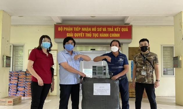 Cán bộ, phóng viên, biên tập viên VOV5 hỗ trợ người dân phường tâm dịch ở Hà Nội