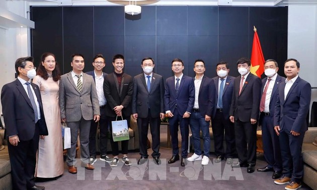 Chủ tịch Quốc hội Vương Đình Huệ gặp gỡ các doanh nhân trẻ người Việt