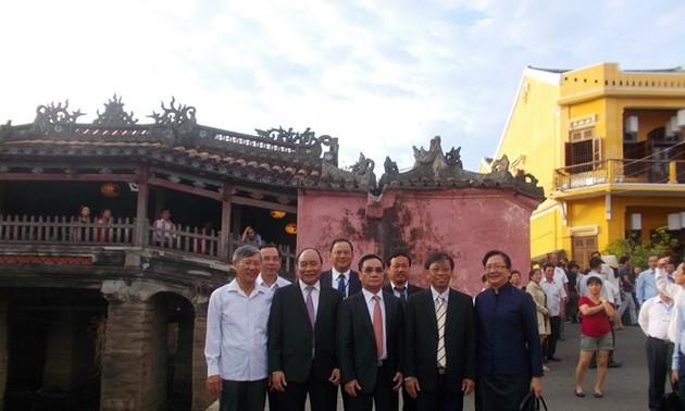 Lao Prime Minister visits Hoi An ancient city
