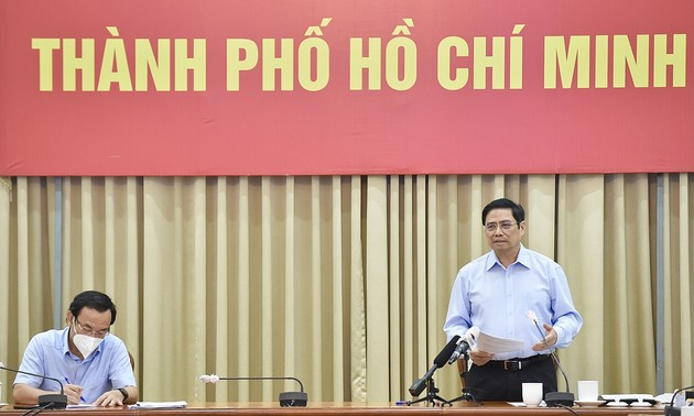 PM requests sufficient supply of essentials, strict disease control measures in HCM city
