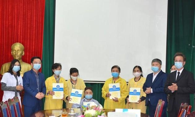 Вручение 1300 подарочных наборов малоимущим пациентам