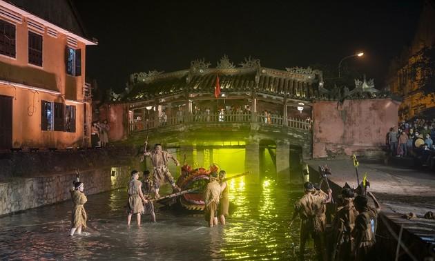 Публика приветствовала Хойан шоу, воссоздавшее древний торговый порт
