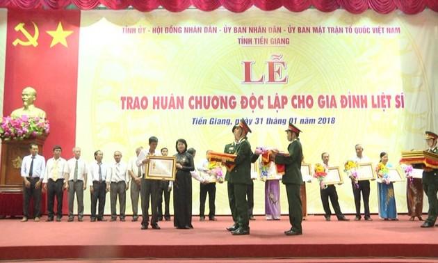 Trao Huân chương Độc lập và tặng quà Tết cho hộ nghèo, gia đình liệt sĩ tỉnh Tiền Giang