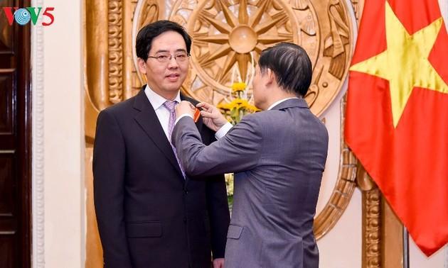 Trao Huân chương Hữu nghị cho Đại sứ Trung Quốc tại Việt Nam