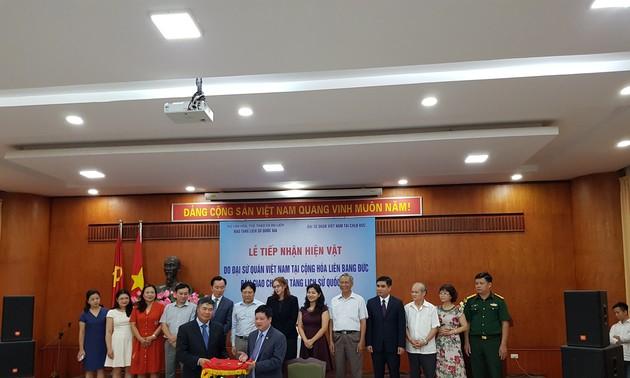 Bảo tàng Lịch sử quốc gia tiếp nhận hiện vật do Đại sứ quán Việt Nam tại CHLB Đức bàn giao