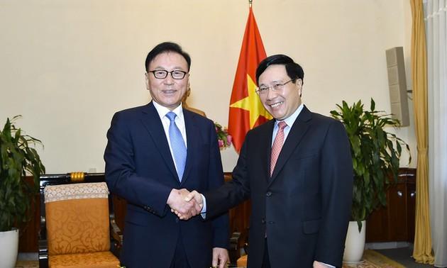 Phó Thủ tướng Chính phủ, Bộ trưởng Ngoại giao Phạm Bình Minh tiếp Tổng lãnh sự danh dự Việt Nam khu vực Busan – Gyeongnam