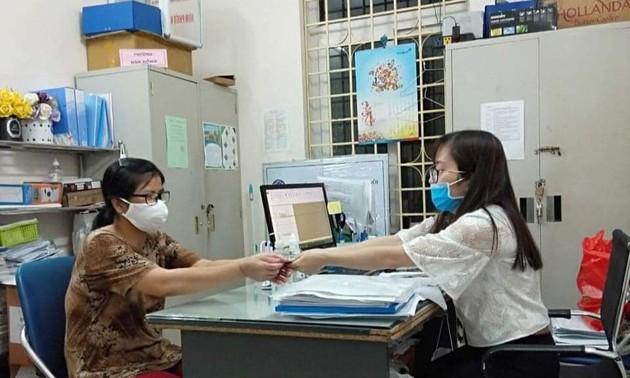 Hà Nội phát tiền hỗ trợ cho người có hoàn cảnh khó khăn vì dịch COVID-19