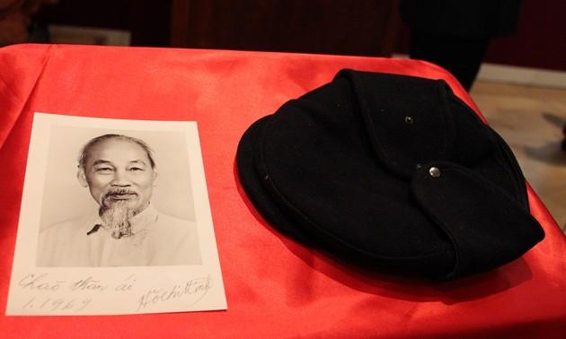 Chiếc mũ len, bức tranh dán giấy và tình cảm của người Pháp đối với Bác Hồ