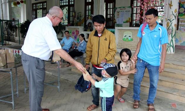 Đại sứ Bỉ tặng quà cho 6.200 trẻ mầm non ở một số tỉnh miền Trung