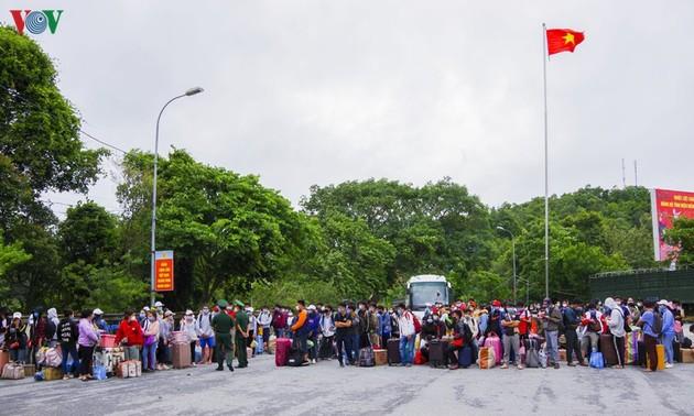 Điện Biên: Làm thủ tục nhập cảnh cho du học sinh Lào vào Việt Nam qua cửa khẩu quốc tế Tây Trang