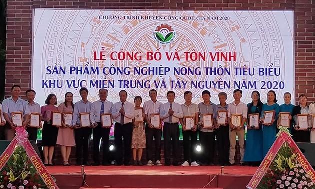 Tôn vinh và trao chứng nhận cho 100 sản phẩm công nghiệp nông thôn tiêu biểu khu vực miền Trung-Tây Nguyên