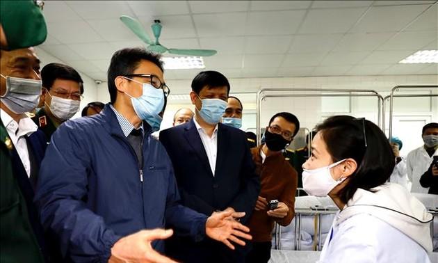 Phó Thủ tướng Vũ Đức Đam thăm hỏi người được tiêm thử nghiệm vaccine Covid-19