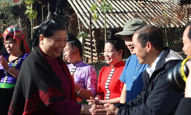 Phó Chủ tịch Quốc hội thăm, tặng quà người dân bản Phứa Cón, tỉnh Sơn La