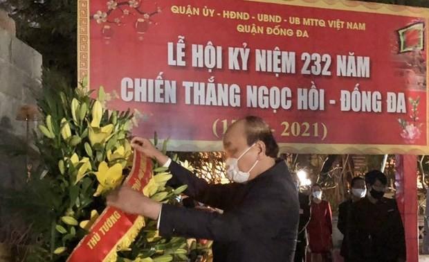 Thủ tướng Nguyễn Xuân Phúc dâng hương tại Tượng đài Quang Trung - Nguyễn Huệ