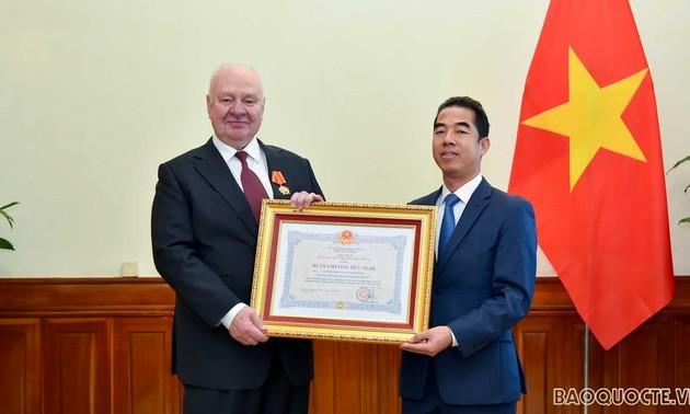 Trao Huân chương Hữu nghị cho Đại sứ Liên bang Nga tại Việt Nam